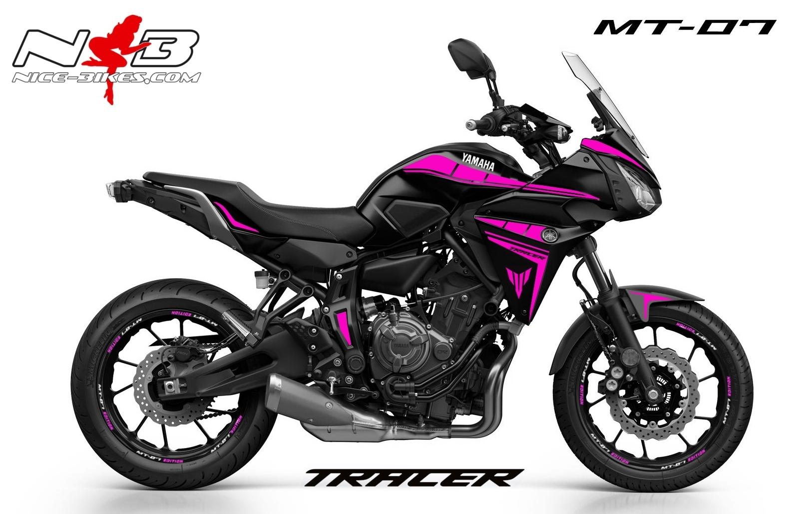 MT07 Tracer pink auf schwarzer Maschine