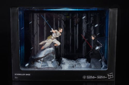 "BLACK SERIES TITANIUM CENTERPIECE REY VS. KYLO REN (STARKILLER BASE) 6"" / SDCC EXCLUSIVE"
